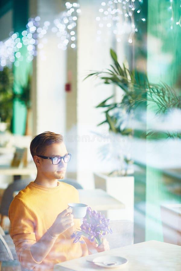 Knappe Jonge Mens die op Datum wachten stock afbeeldingen