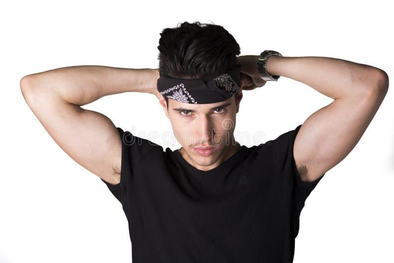 Knappe jonge mens die op hoofdband zetten stock foto