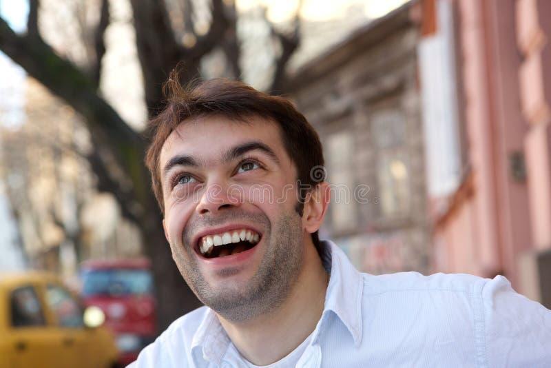 Knappe jonge mens die in openlucht glimlachen stock foto's