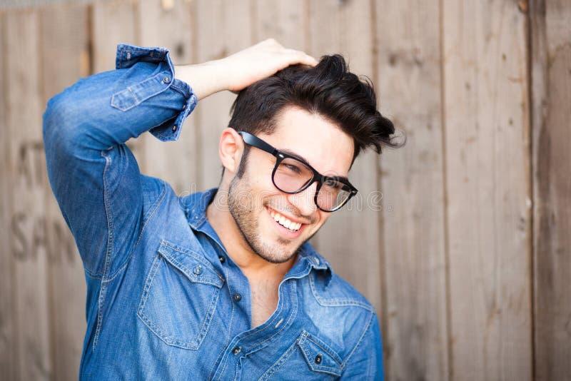 Knappe jonge mens die in openlucht glimlacht stock afbeeldingen