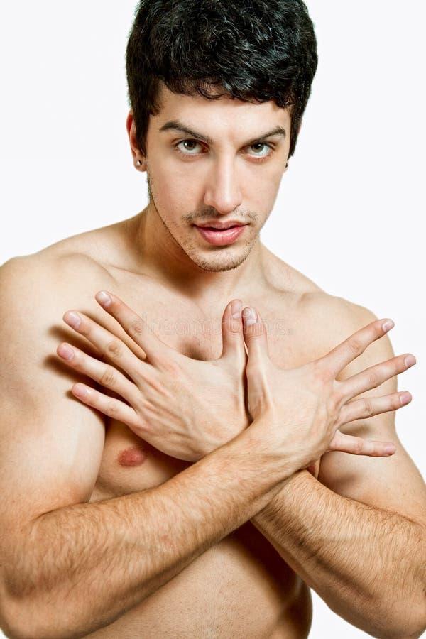 Knappe jonge mens die zijn manicure toont stock afbeelding