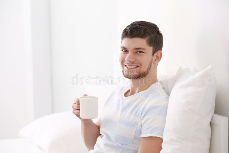 Knappe jonge mens het drinken koffie royalty-vrije stock fotografie