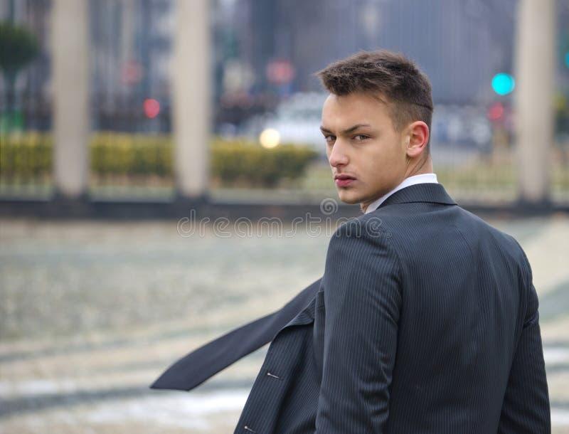 Knappe jonge mens in kostuum royalty-vrije stock afbeeldingen