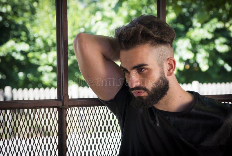 Knappe jonge mens met baard royalty-vrije stock afbeeldingen