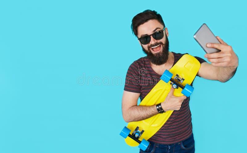 Knappe jonge mens met baard die een selfie nemen royalty-vrije stock foto's