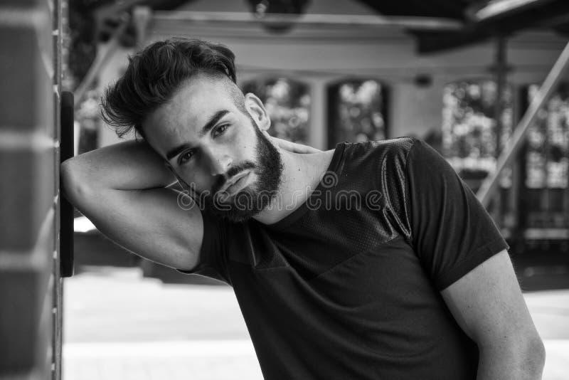 Knappe jonge mens met baard openlucht stock foto's
