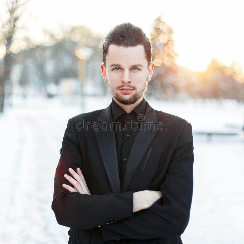 Knappe jonge mens met een baard die een zwarte dragen royalty-vrije stock afbeelding