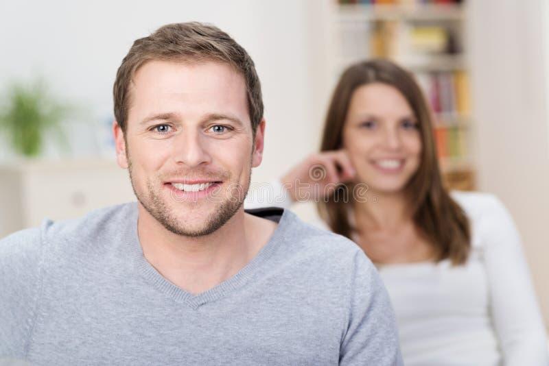 Knappe jonge mens met een vriendschappelijke glimlach royalty-vrije stock afbeelding