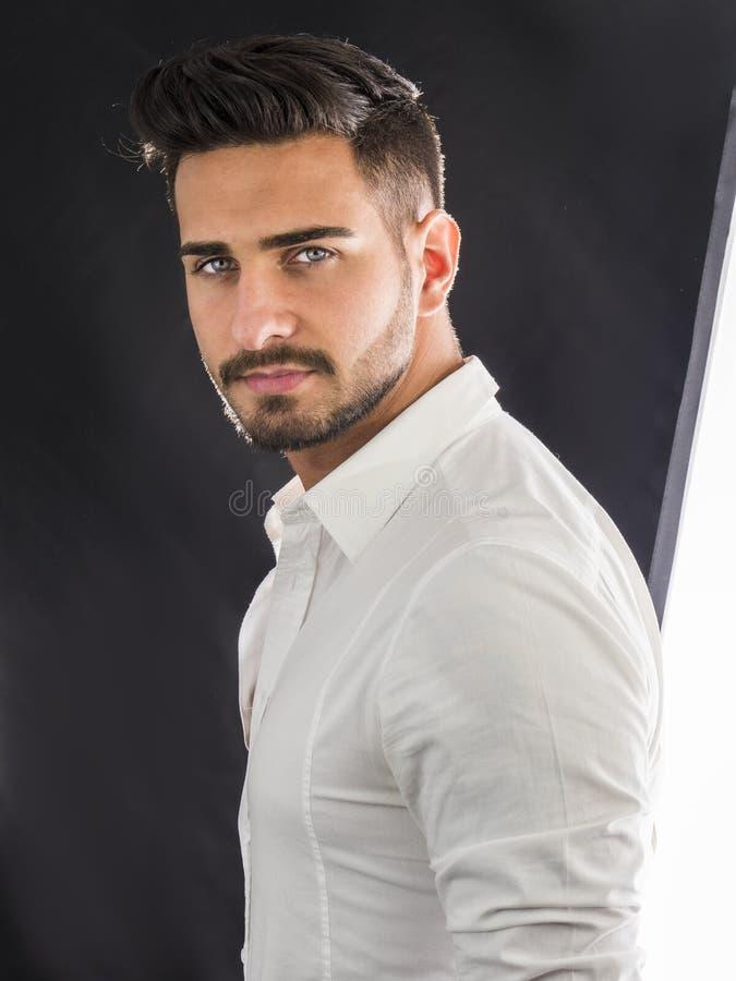 Knappe jonge mens met elegant overhemd stock foto's