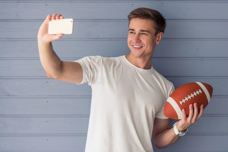 Knappe jonge mens met gadget stock fotografie