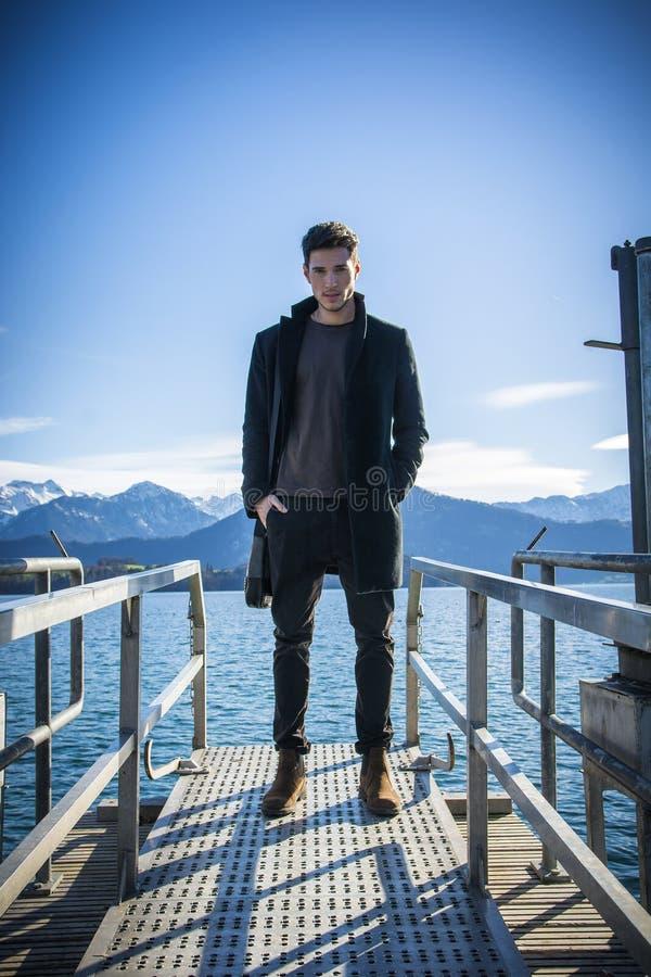 Knappe jonge mens op het meer` s kust van Luzern royalty-vrije stock fotografie