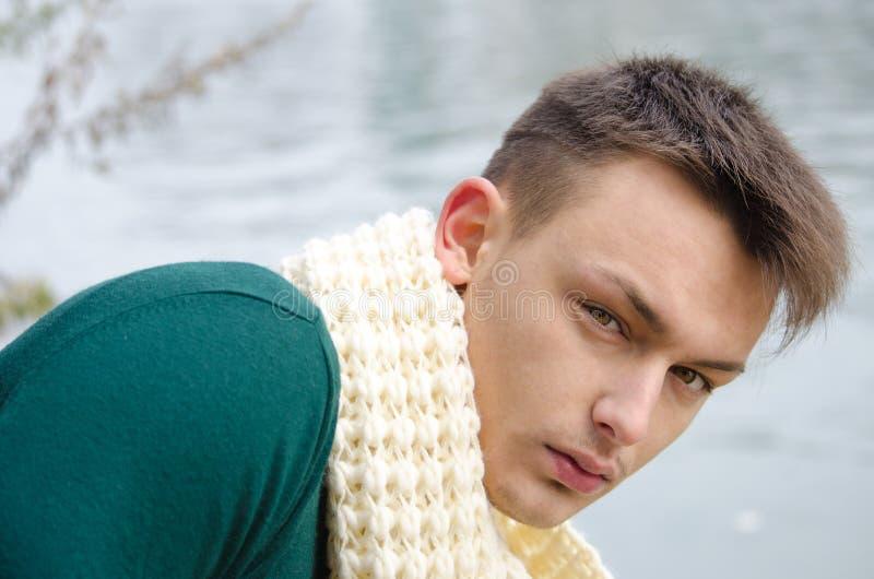 Knappe jonge mens in openlucht in aard (rivier, meer) royalty-vrije stock foto