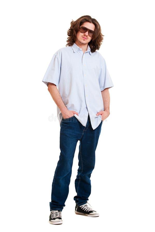 Knappe jonge mens in zonnebril stock afbeeldingen