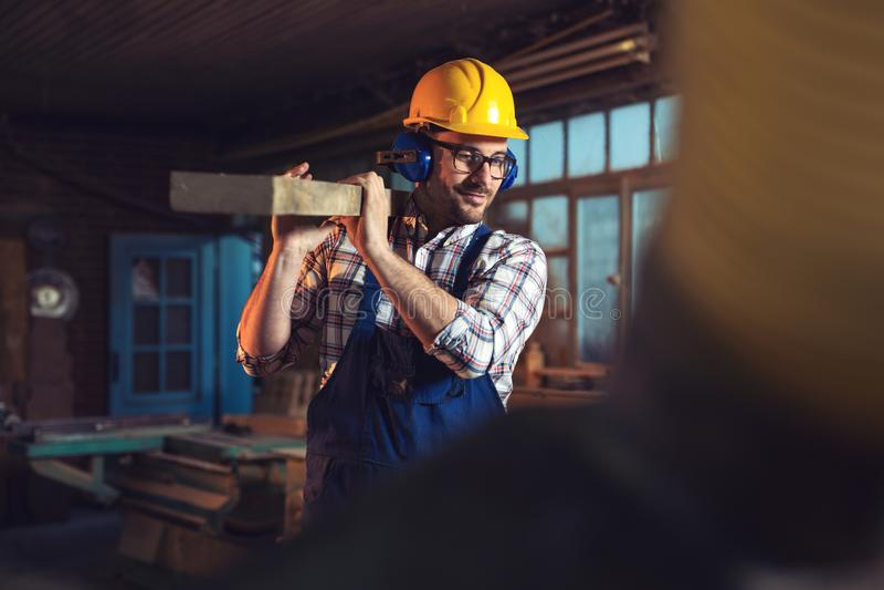 Knappe jonge timmerman in workshop stock fotografie