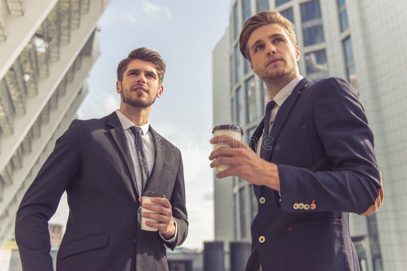 Knappe jonge zakenlieden royalty-vrije stock afbeeldingen