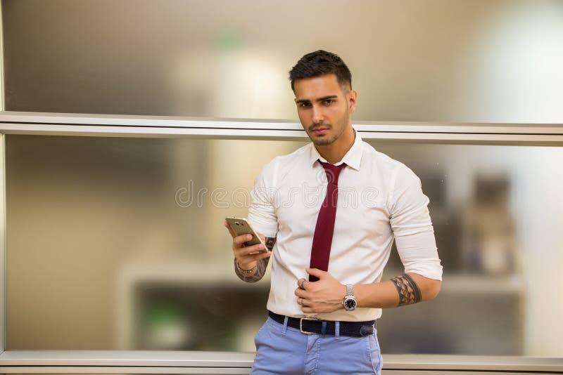 Knappe jonge zakenman die celtelefoon met behulp van royalty-vrije stock foto's