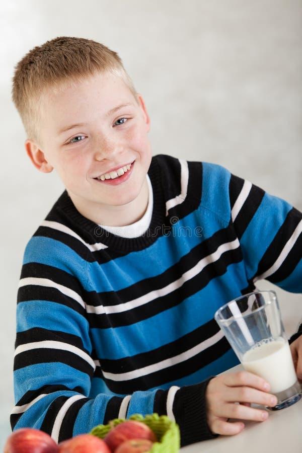 Knappe jongen die melksnor dragen stock fotografie