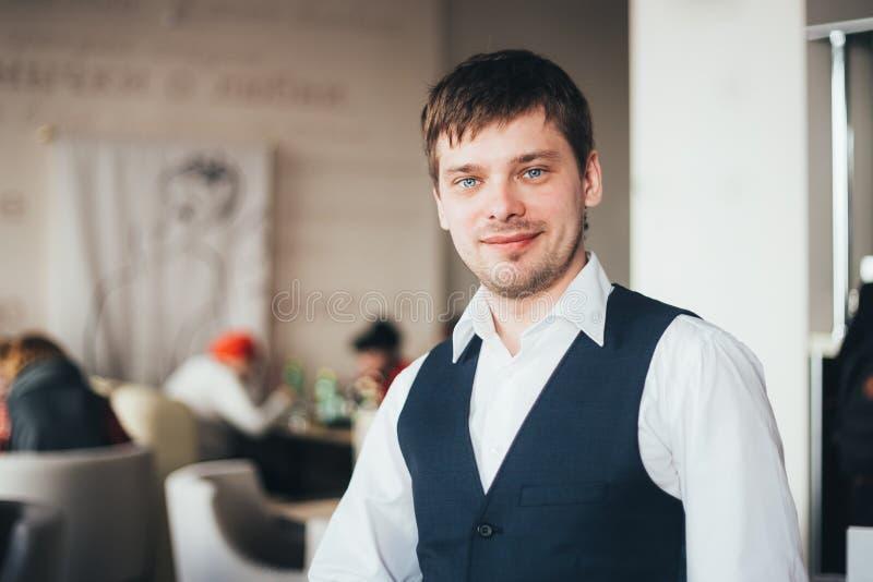 Knappe Kaukasische Mens die in Koffie blijven stock foto's