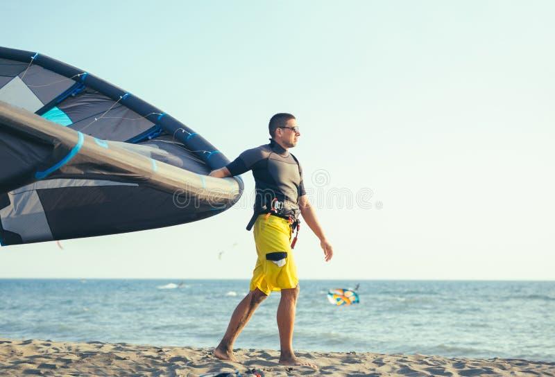Knappe Kaukasische mensen professionele surfer die zich in wetsuit bevinden royalty-vrije stock afbeelding