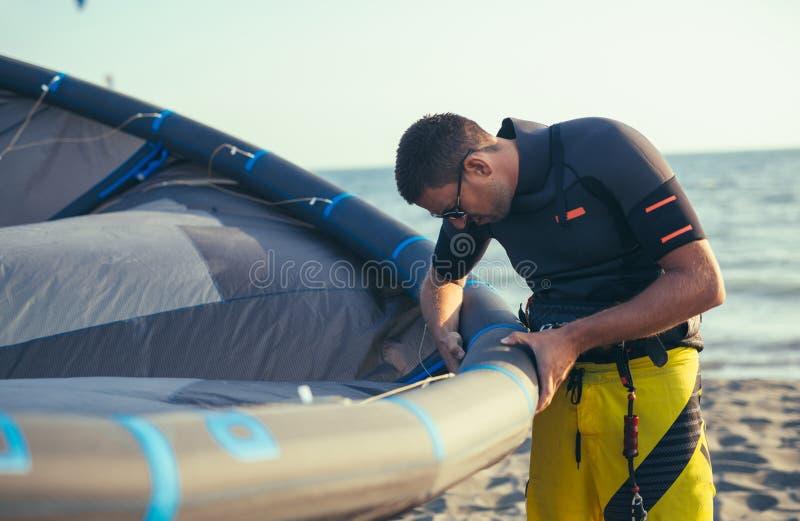 Knappe Kaukasische mensen professionele surfer die zich in wetsuit bevinden royalty-vrije stock fotografie