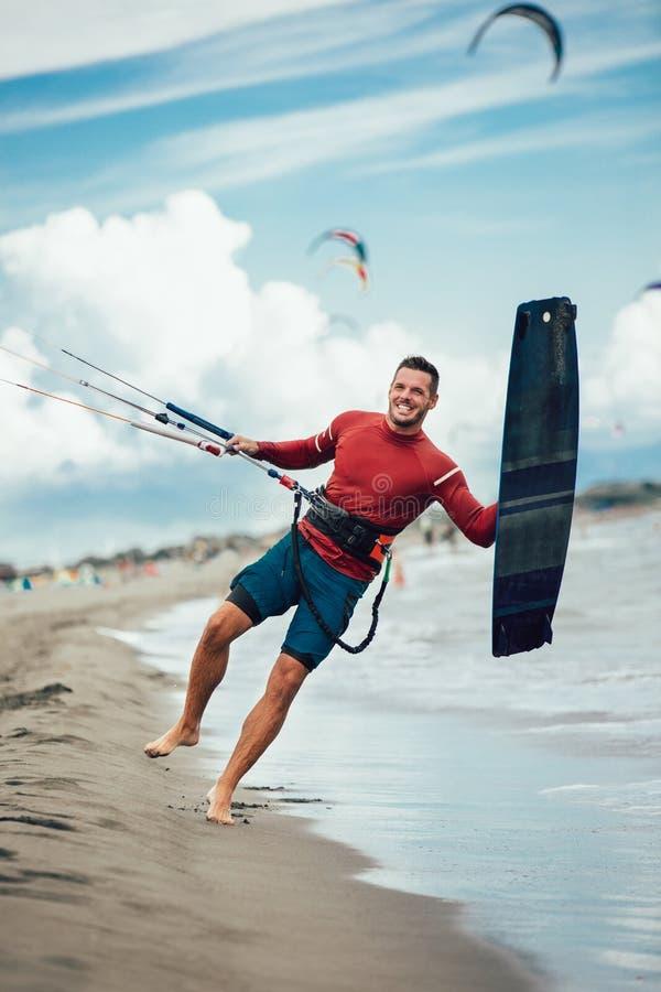 Knappe Kaukasische mensen professionele surfer met vlieger stock foto
