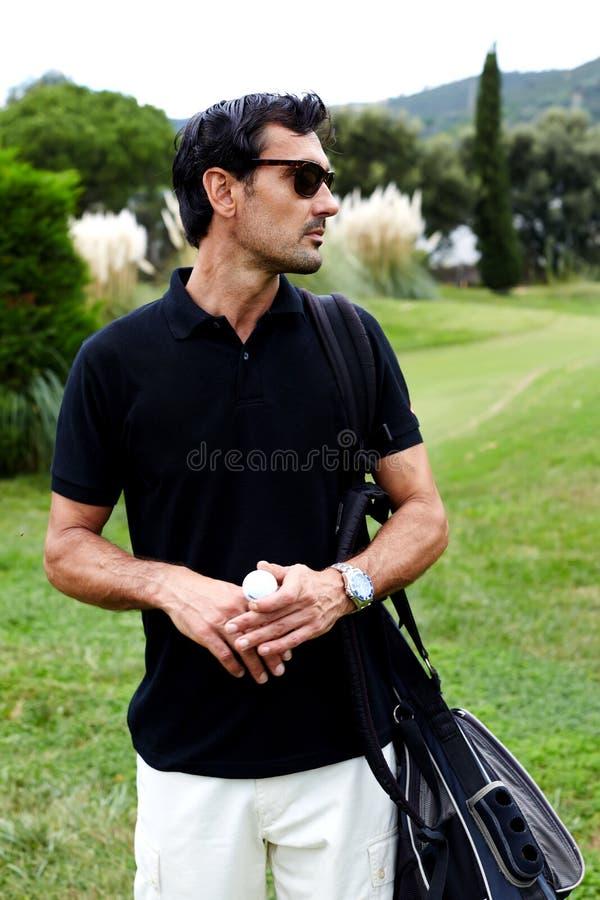 Knappe kerel met glazen op de golfcursus royalty-vrije stock foto