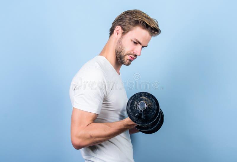 Knappe kereltraining Het uitoefenen bij gymnastiek Spier mens die met domoor uitoefenen Sportman die sterke spieren opleiden Spor stock afbeelding