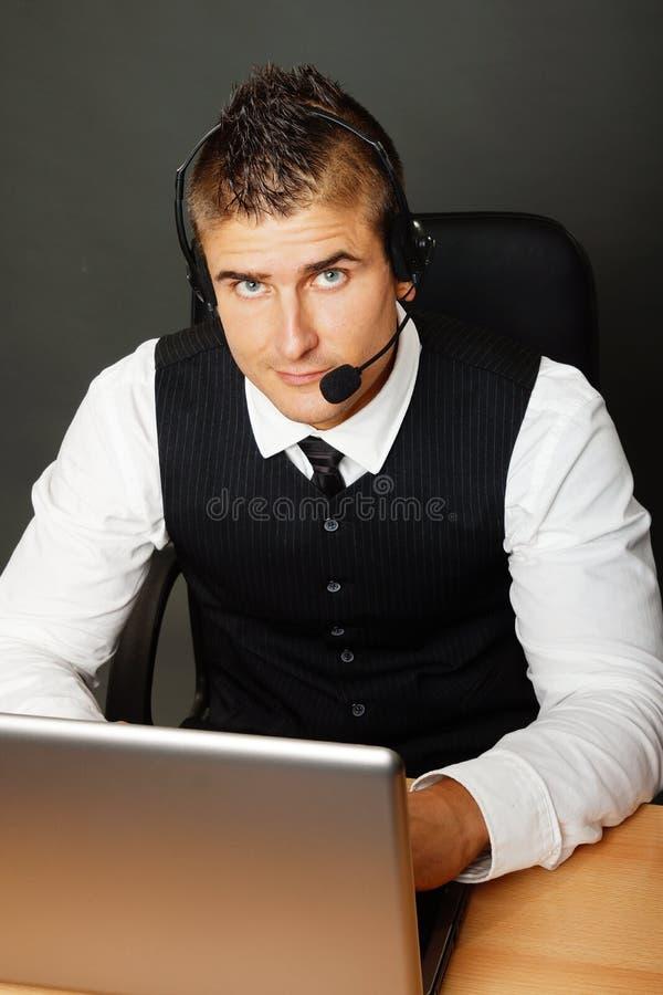 Knappe klantenexploitant stock foto