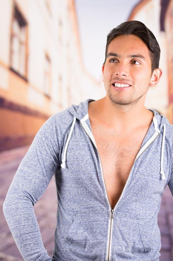Knappe Latijnse mens die hoodie het stellen dragen stock afbeeldingen