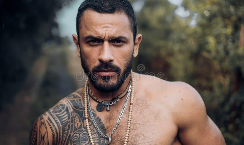 Knappe latino mens, diepe blik Sexy spier jonge kerel in de tuin De zomermens en sensueel ogenblik royalty-vrije stock afbeeldingen