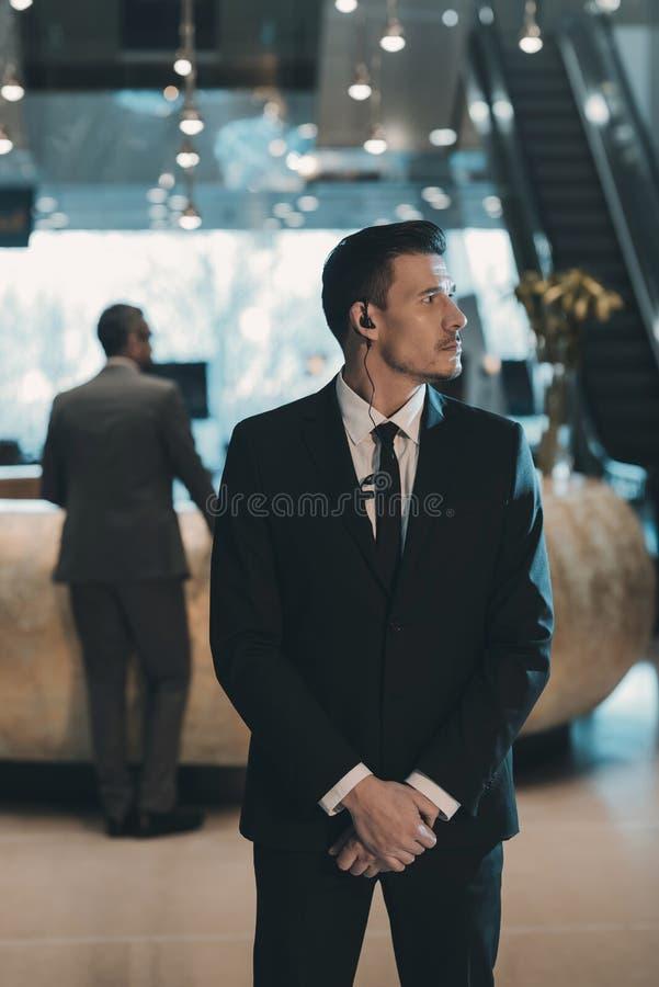 knappe lijfwacht die op zakenman wachten royalty-vrije stock afbeelding