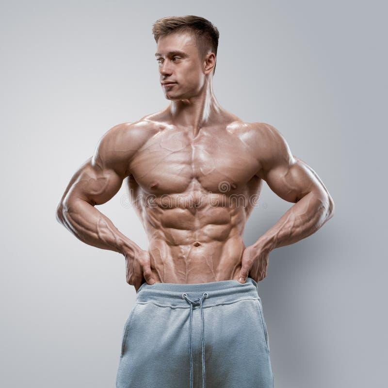 Knappe machts atletische jonge mens met grote lichaamsbouw stock afbeeldingen