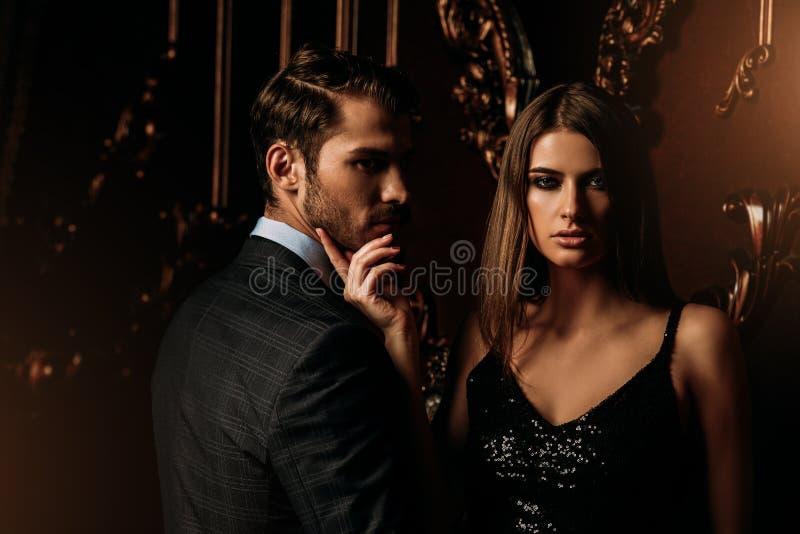 Knappe man en vrouw stock foto