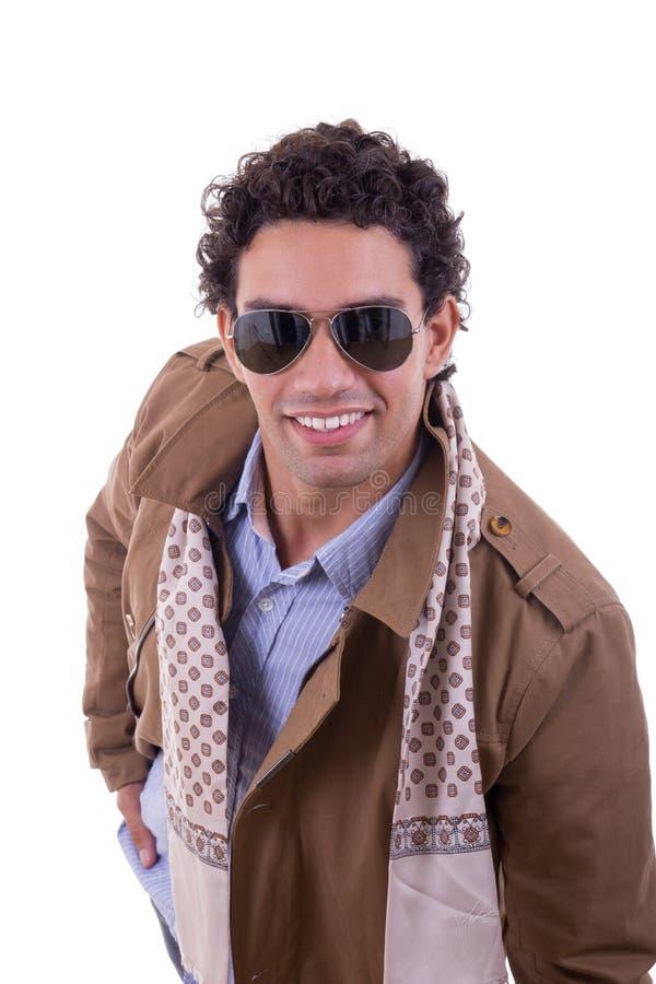 Knappe maniermens met zonnebril die laag met een sjaal dragen stock afbeeldingen