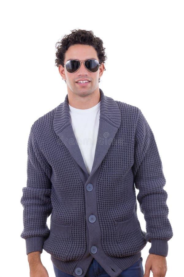 Knappe maniermens in sweater die zonnebril dragen royalty-vrije stock foto's