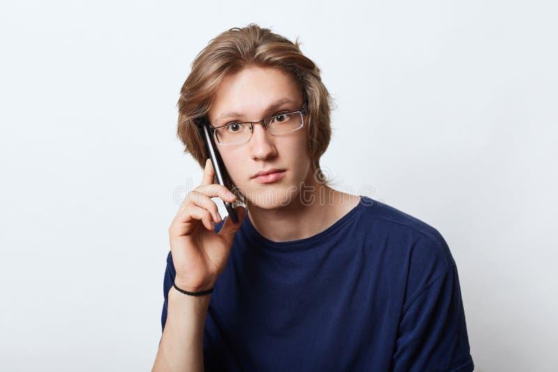 Knappe mannelijke enterpreneur, dragend elegante bril, die zaken maken aan zijn partner, die vergadering met hem, havi vragen vra royalty-vrije stock foto's