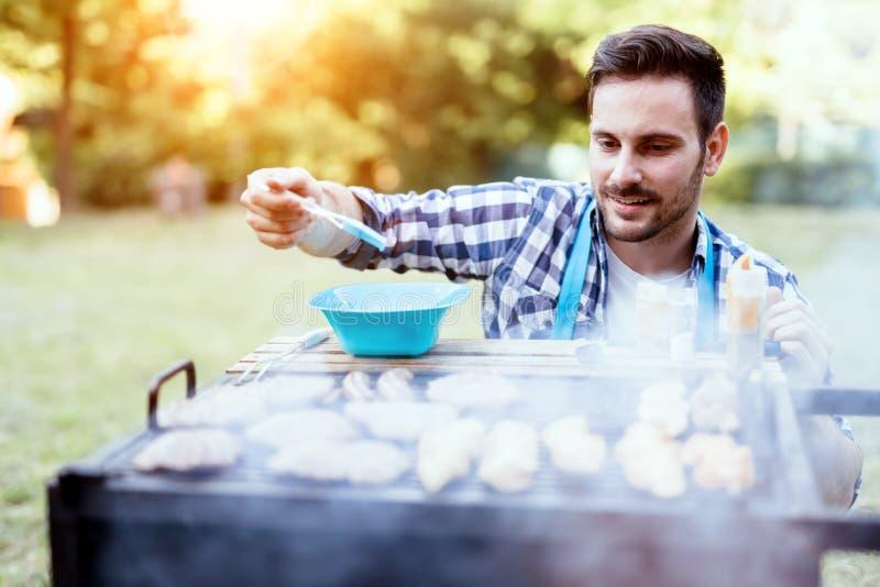 Knappe mannelijke het voorbereidingen treffen barbecue royalty-vrije stock foto's