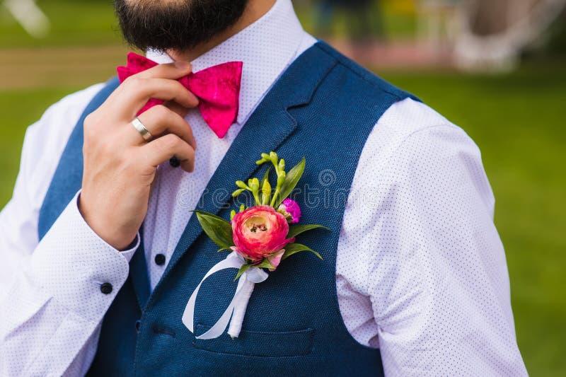 Knappe mens, bruidegom dichte omhooggaand met roze boog stock afbeelding