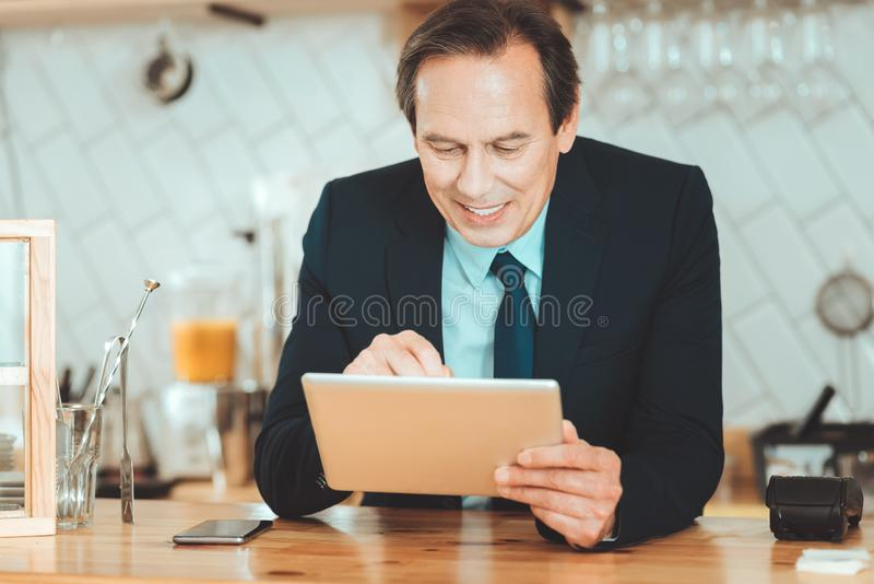 Knappe mens in de tablet van de reeksholding royalty-vrije stock fotografie