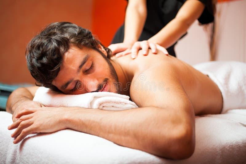 Knappe mens die een massage hebben royalty-vrije stock fotografie