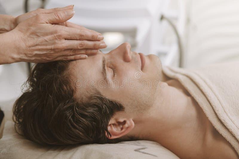 Knappe mens die gezichtsskincarebehandeling krijgen royalty-vrije stock foto's