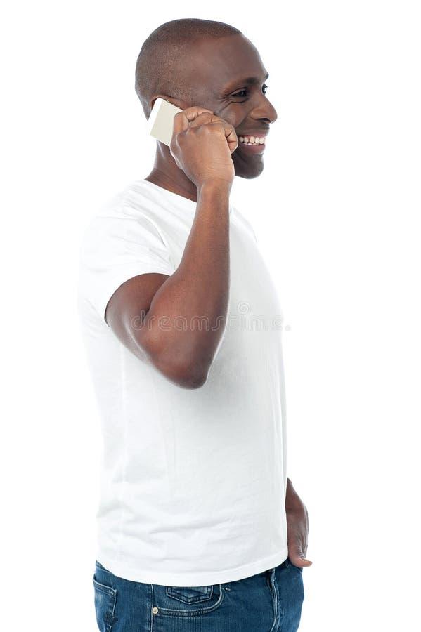 Knappe mens die mobiele telefoon met behulp van stock foto