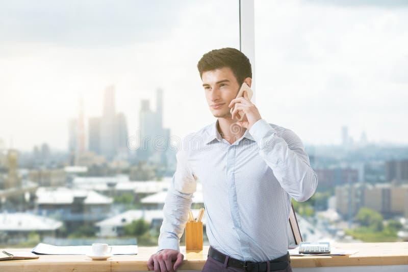 Knappe mens die op telefoon spreekt royalty-vrije stock afbeeldingen
