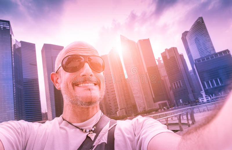 Knappe mens die selfie bij de horizon van Singapore nemen stock afbeelding