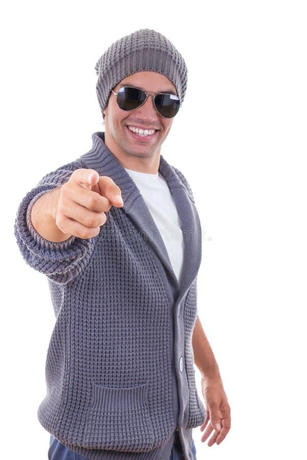 Knappe mens die in sweater met een vinger richten die sweater a dragen royalty-vrije stock afbeelding