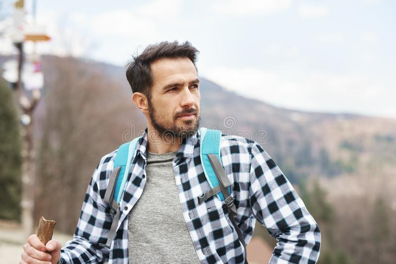 Knappe mens die van de mening genieten tijdens wandelingsreis stock afbeeldingen