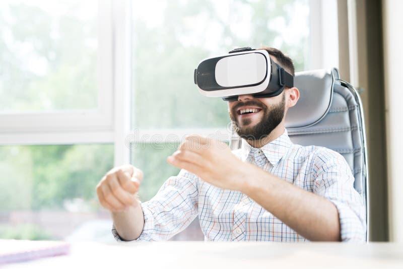 Knappe Mens die van VR in Bureau genieten royalty-vrije stock foto's