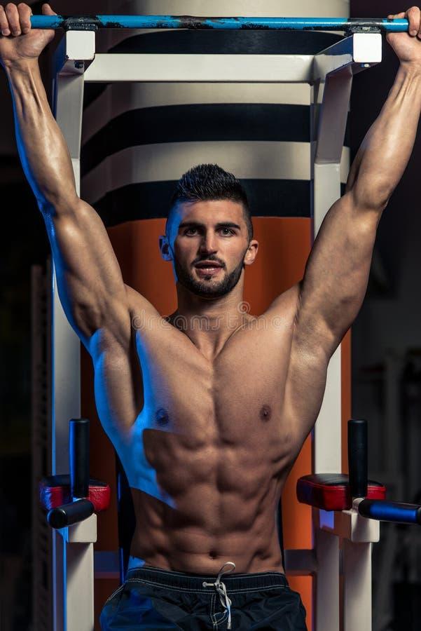 Knappe Mens die Zijn Abs uitoefenen bij de Gymnastiek royalty-vrije stock foto