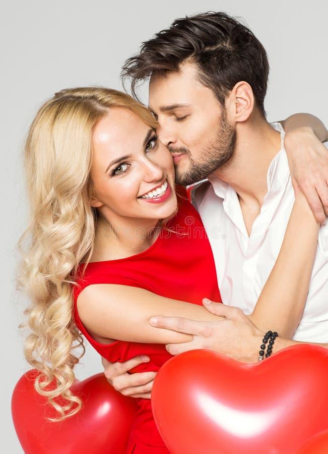 Knappe mens die zijn meisjewang kussen royalty-vrije stock foto