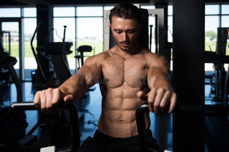 Knappe Mens die Zwaargewicht Oefening voor Borst doen stock foto